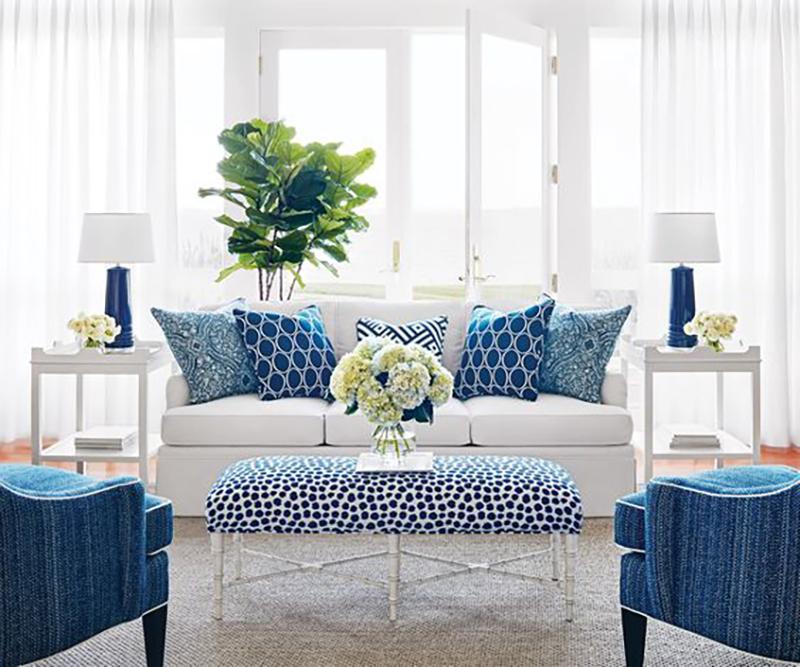Kék és fehér mintájú párnák ás vágott virágok minden mennyiségben. Többféle mintát is lehet jól kombinálni együtt.