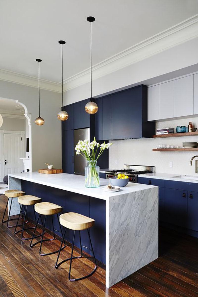 Fehér, szürke márvány és sötétkék konyha fapadlóval modern stílusban, nagyon szuper.