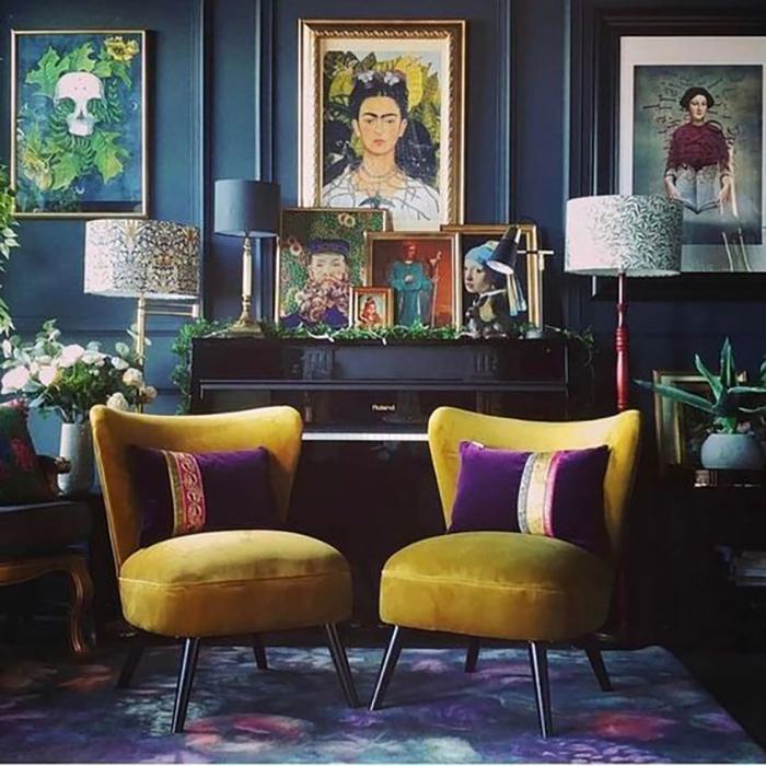 A két sárga fotel van a központban, a lilával csodásan kiegészítik egy mást, az i-re a pontot a faliképek teszik fel.