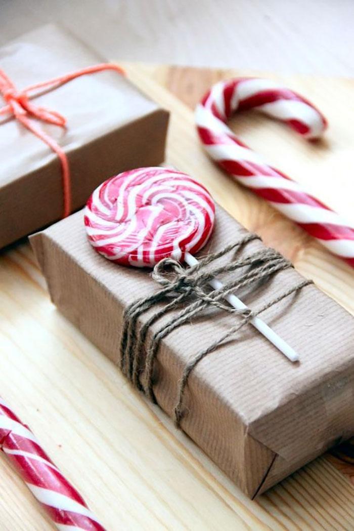 Sima barna, postai csomagolópapír spárgával átkötve és egy szép termetes piros nyalókával díszítve :-).