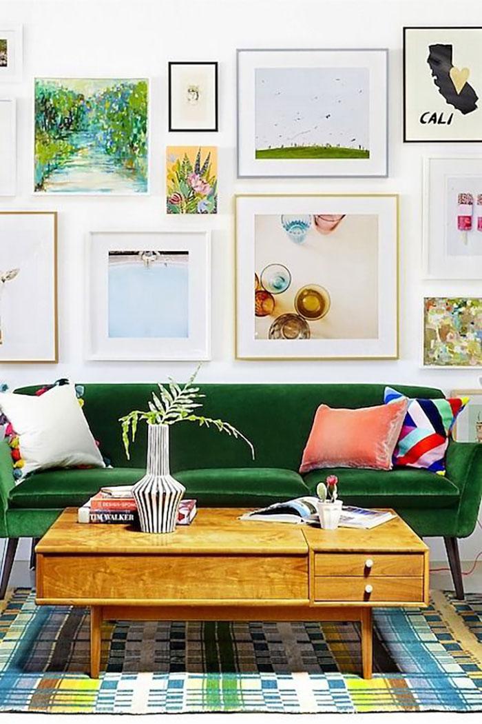 Különféle méretű és színű keretek, a kanapé zöldje némelyikben visszaköszön.