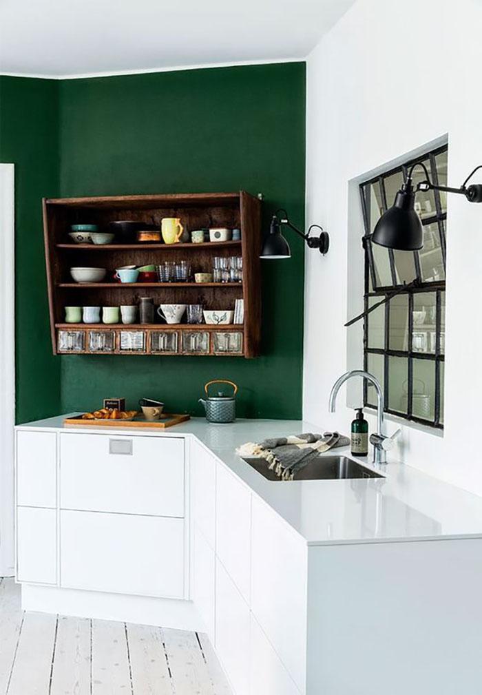 Egy fal zöldre fehér-fa konyhabútor kombónál és máris létrejött valami egészen különleges.