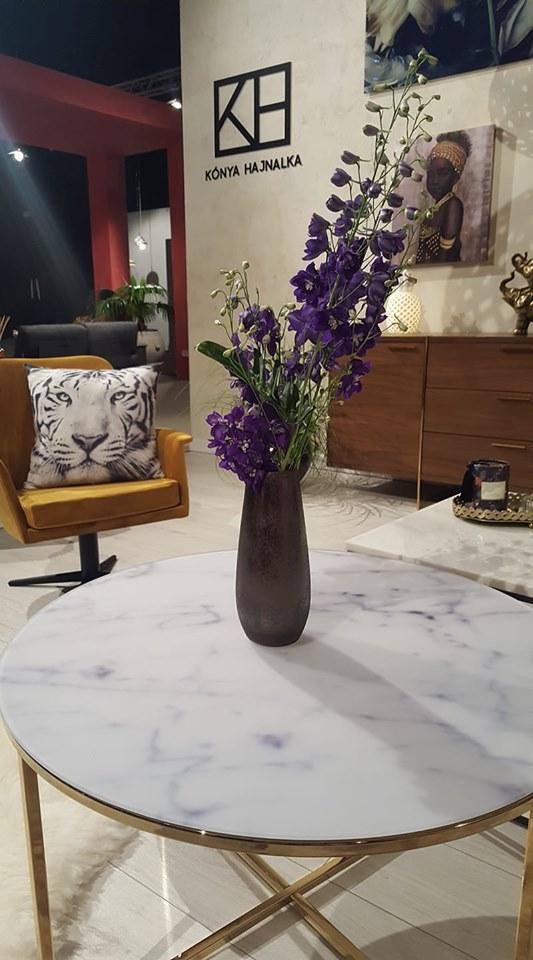 Mustársárga fotel lila virággal, mennyire hívogatja a szemed, hogy nézz oda :-)!