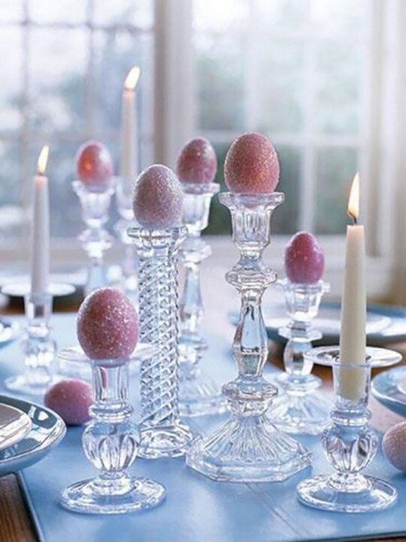 Kristály gyertyatartókba rózsaszín csillámos tojik :-).