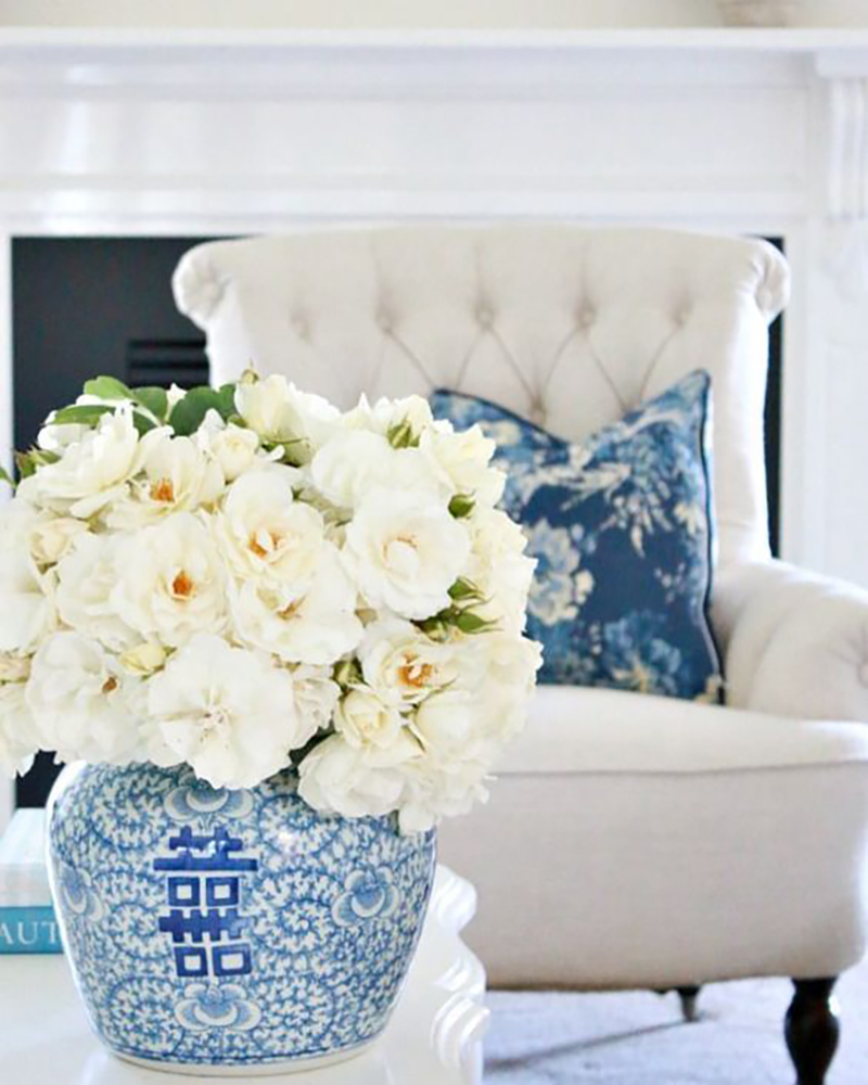 Kék-fehér porcelán váza az örök darab egy gyönyörű csokor élő fehér virággal.