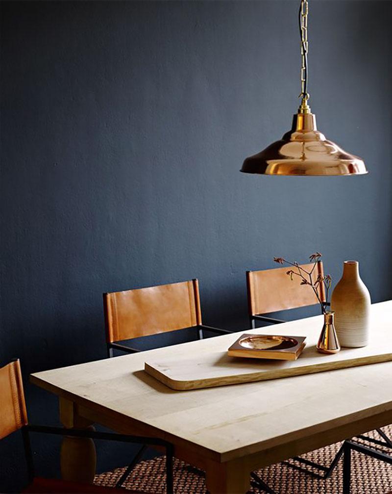 Étkezőszék barna bőr támlákkal, a szeretett kék falammal, réz lámpával, és egy világos fa asztallal, ugye nem is gondolnátok egy ilyen kombóra?