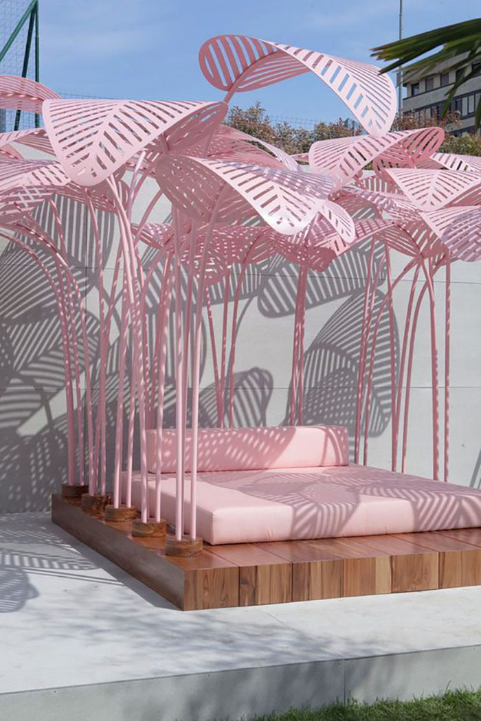 In this pink garden furniture you can see the world in pink :-).
