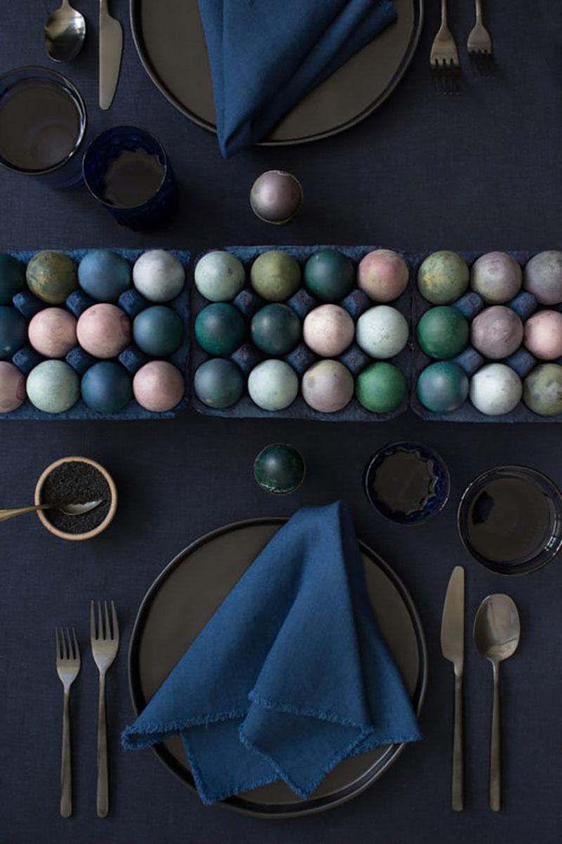 Ez nem az a szokványos tavaszi színű dekoráció, de a sötét kiegészítőket annyira jól feldobják a sokféle színben pompázó tojások, hogy muszáj volt megmutatnom :-).