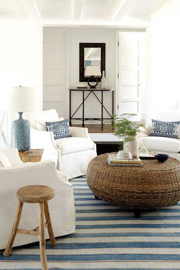Ez a csíkos szőnyeg nagy jól mutat a fehér fotelekkel és a fonott asztalkával.