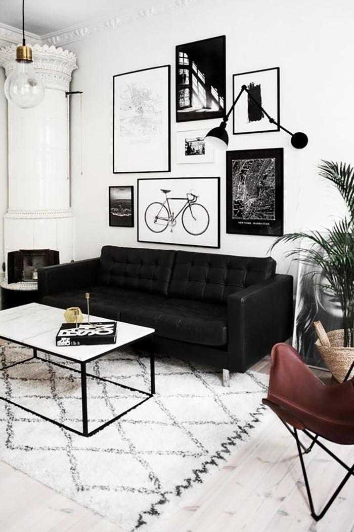 Fekete kanapé és egyéb részben fekete kiegészítők.
