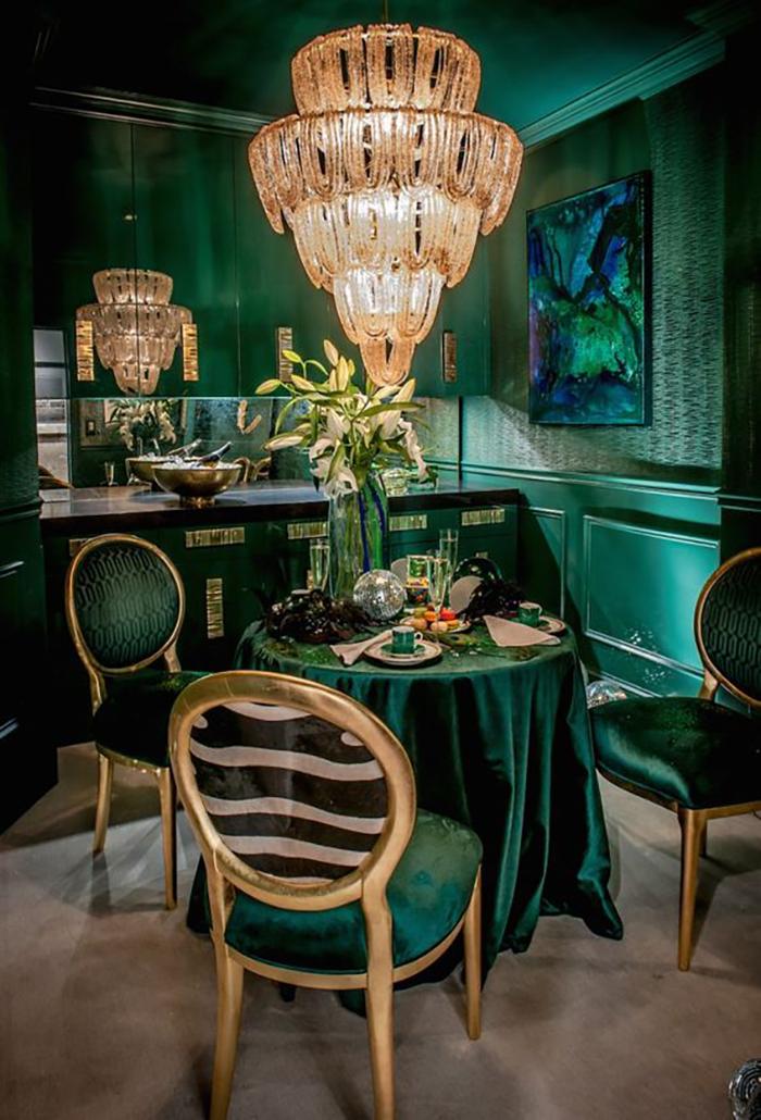 Zöld szín különböző mintákkal kombinálva egy csodás csillárral a középpontban.