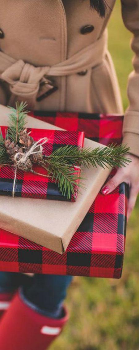 Fekete-piros skótkockás és mellé sima egyszerű posti csomagolópapír, ami még jobban kiemeli a szépségét.
