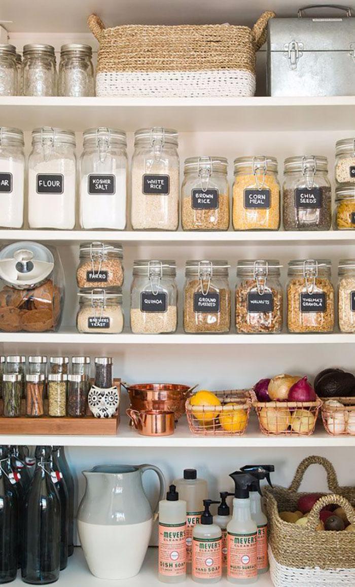 Szintén konyha/kamra rendszerezése, itt is nagyon egységes üvegekben, kosarakban feliratokkal.