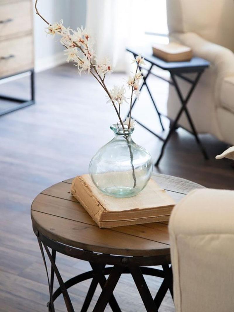 Lerakó asztal minimál dekorációval.