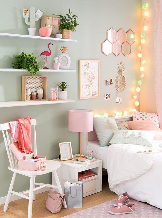 Sok kicsi apróság: egy kis tükör itt, világító gömbsor ott, rózsaszín-zöld-fehér kombó.