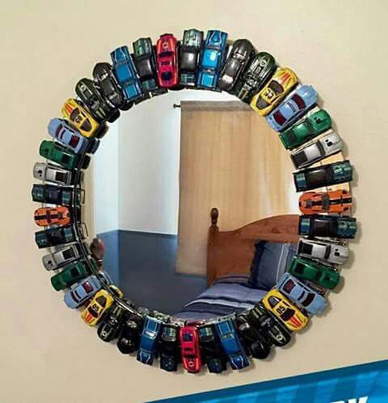 Tök jó ötlet ez a kisautós keret, bár tükröt nem raknék gyerekszobába biztonsági okokból, de képkeretként remekül funkcionálhat ha már nem tudjuk hova rakjuk a sok autót