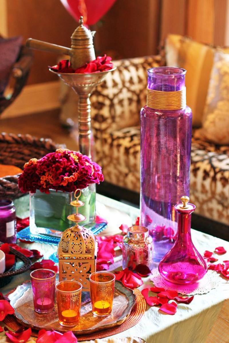 Ha csak dekorálni szeretnénk kiváló megoldás lehet néhány váza, rózsaszirmok, mécsesek, fémtálca.