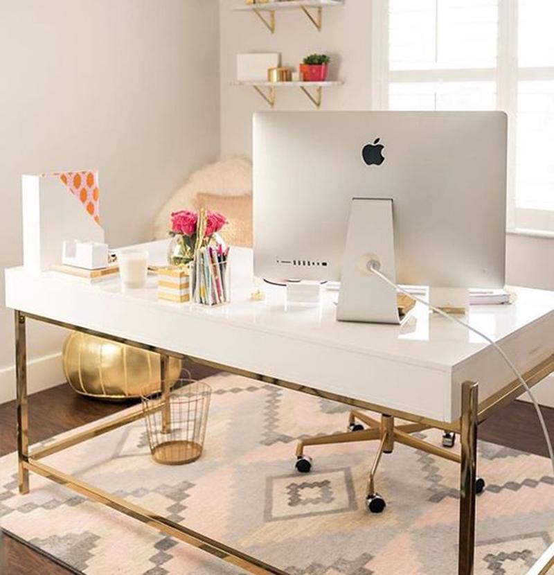 Ha nagy helyünk van akkor nem muszáj az asztalt a falhoz tolni hanem így is el lehet rendezni a nappalin belül (mintha egy dolgozó szobában ülnénk).
