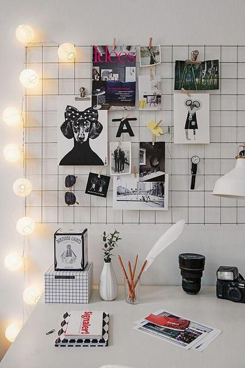 Fali akasztós tábla és hangulatlámpa teszik barátságossá ezt a fekete-fehér design-t.