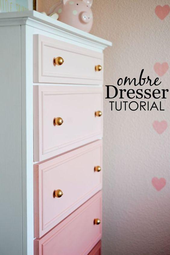 Színátmenetes komód rózsaszínben, szívecskés tapétával. Könnyen kivitelezhető házilag is ez festési mód. Imádom :-).