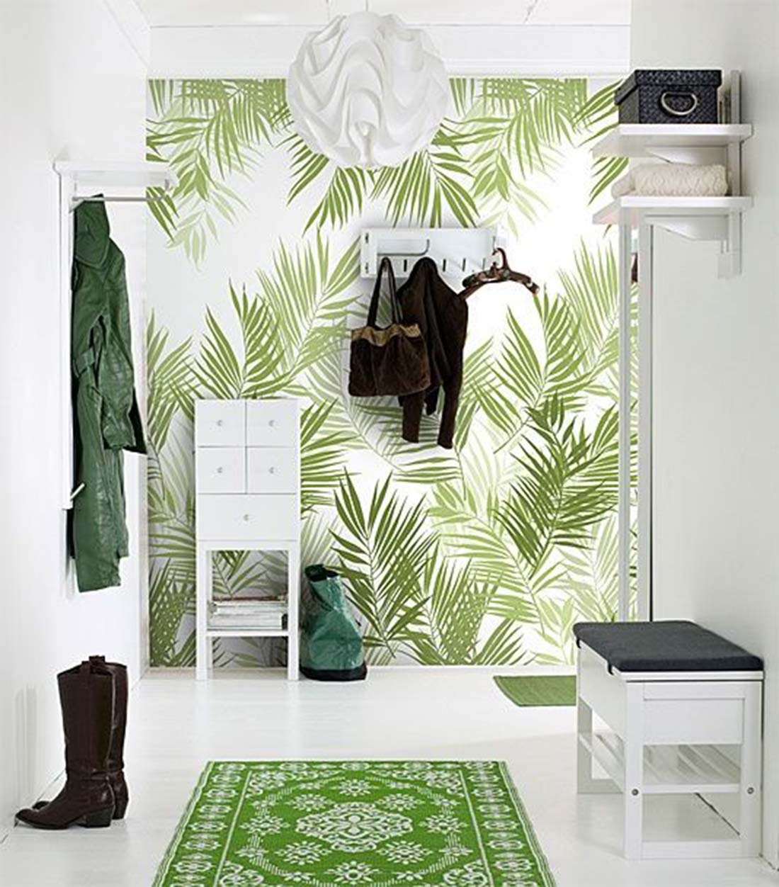 Ha nem tetszik a fonott bútor/kiegészítő, akkor a pálmaleveles poszter mellé a fehér bútor is tökéletes néhány zöld textillel kombinálva.