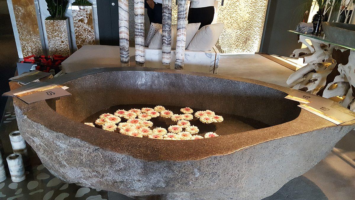 Itt nem is a kád ami tetszett, hanem olyan gyönyörűséges ezekkel az úszó gerberákkal a látvány az ES Atelier-től. http://www.esatelier.it/en/7-Company/17-Company/28-ES-Atelier.html