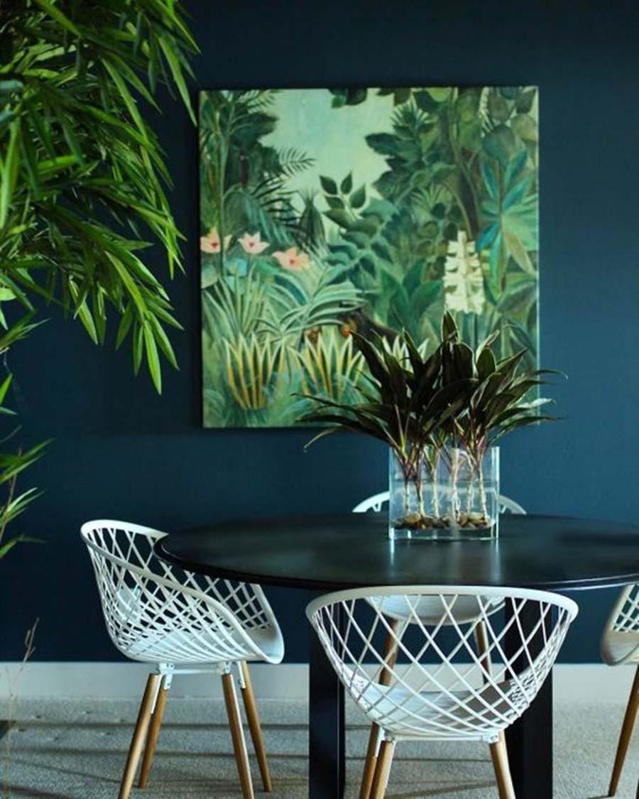 Egy nagy zöld dzsungelmintás képe mellé még az a kék fal is simán bevállalható. Az élő növények természetesen itt sem hiányozhatnak.