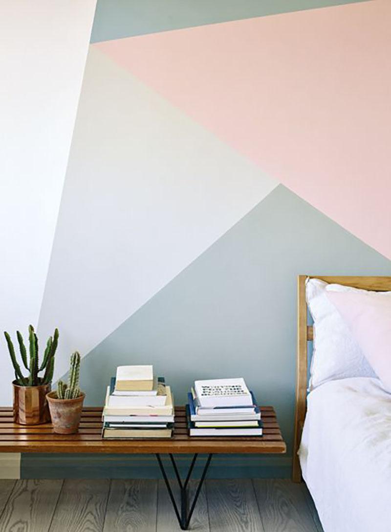 Geometrikus falfestés a hálóban, szürke és rózsaszínben, nagyon feldobja az amúgy nem túl bonyolult franciaágyat.