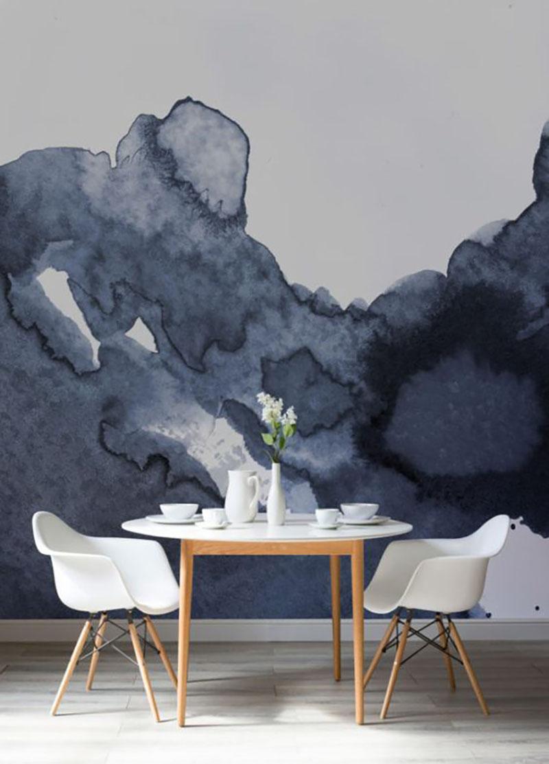 Ez egy teljesen más stílusú, most nagyon divatos tapéta, viszont jól látszik, hogy mennyire kiemeli az előtte lévő világos étkező bútort. Nem muszáj, hogy az egész tök sötét legyen, így, hogy csak az alja sötét abszolút bevállalható egy nagyobb falméreten és nem túl sötét szobában.