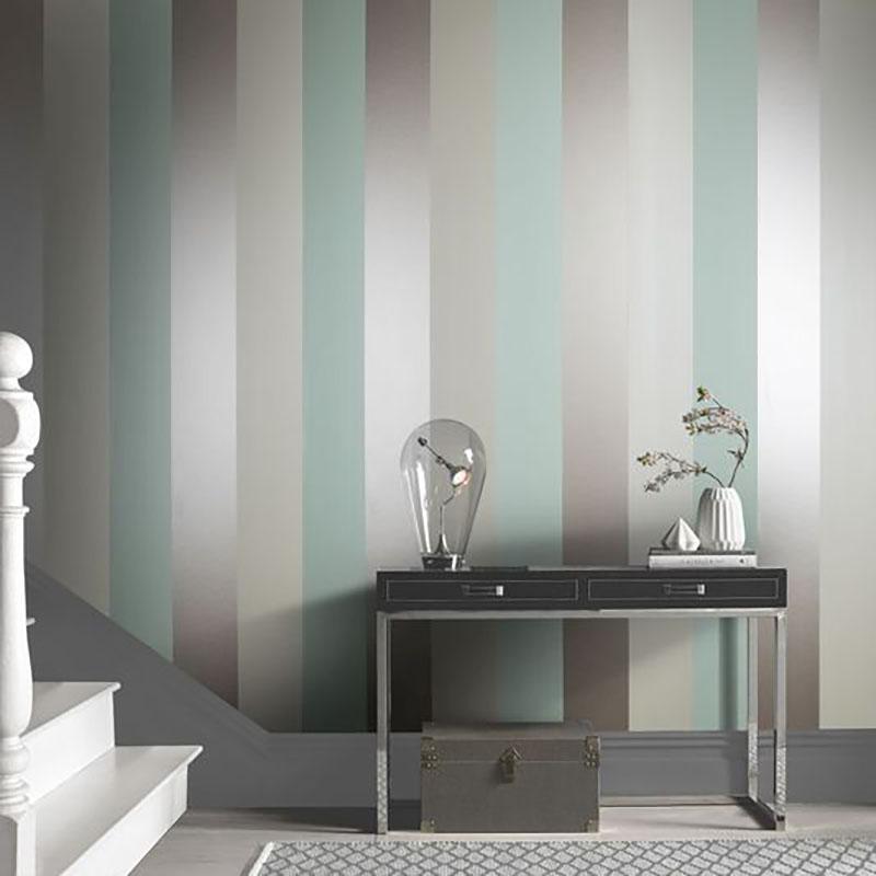 Függőleges, közepesen vastag csíkos tapéta, jól mutat mivel egy nagy méretű falról beszélünk. A színvilág is szuper, mivel világos így még tágasabbnak mutatja a helyiséget.