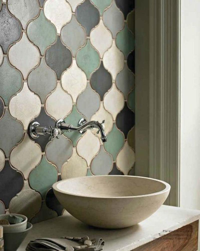 Falicsempék és kör alakú mosdó, akár ennyivel is fel lehet dobni egy fürdőszobát.