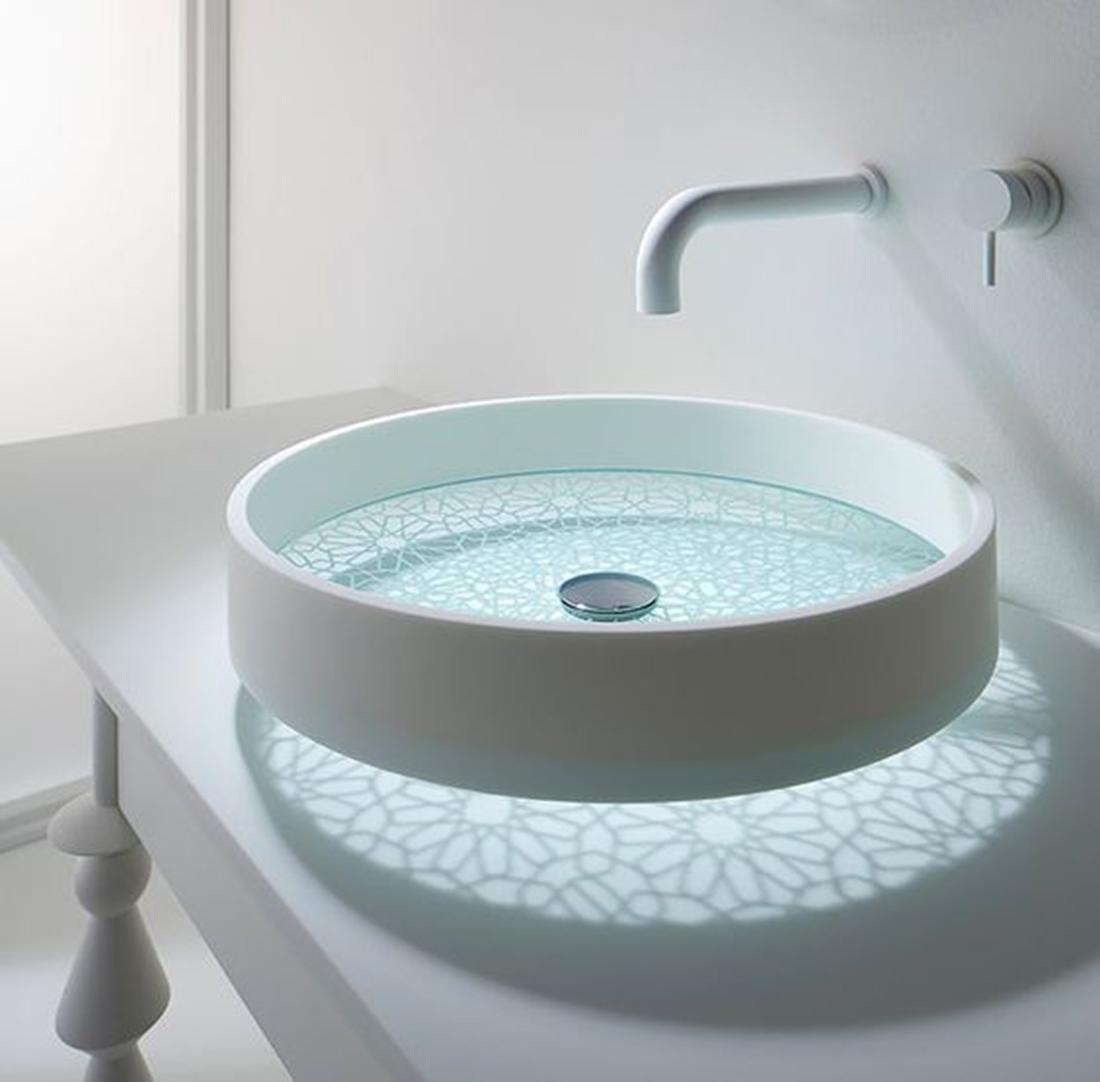 Üvegaljú mosdó, amelyen a minta gyönyörű árnyékot vet a mosdópultra.