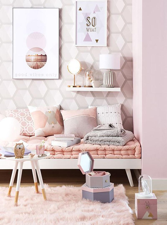 Geometrikus minták pasztell színekben, közepes méretű formák, így harmonikus a szemnek. A mellette lévő fal pedig hozzá illő rózsaszínnel festve.