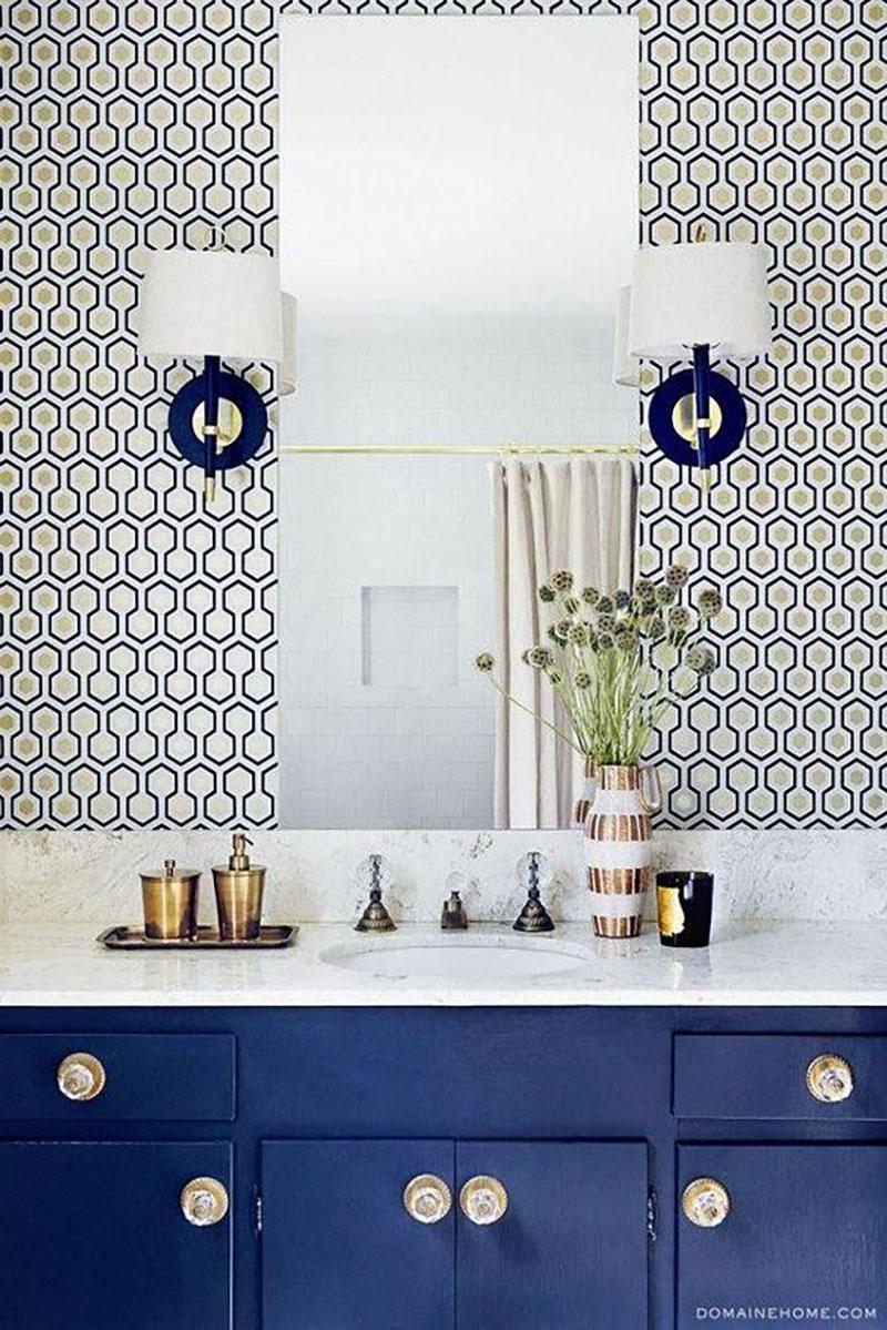 Geometrikus mintájú tapéta, nem túl nagy méretű mintákkal. A kék fürdőszoba bútor felrakja a pontot az i-re.