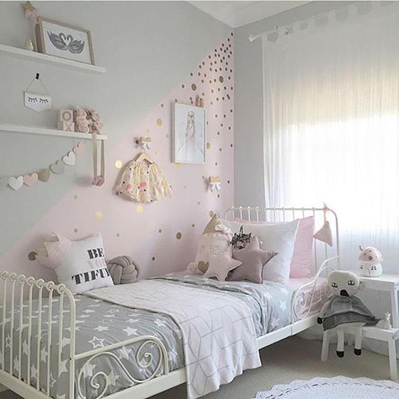 Hálószoba lányoknak, kicsiknek és nagyoknak egyaránt bevállalható. Itt még egy kis arannyal is meg van bolondítva.