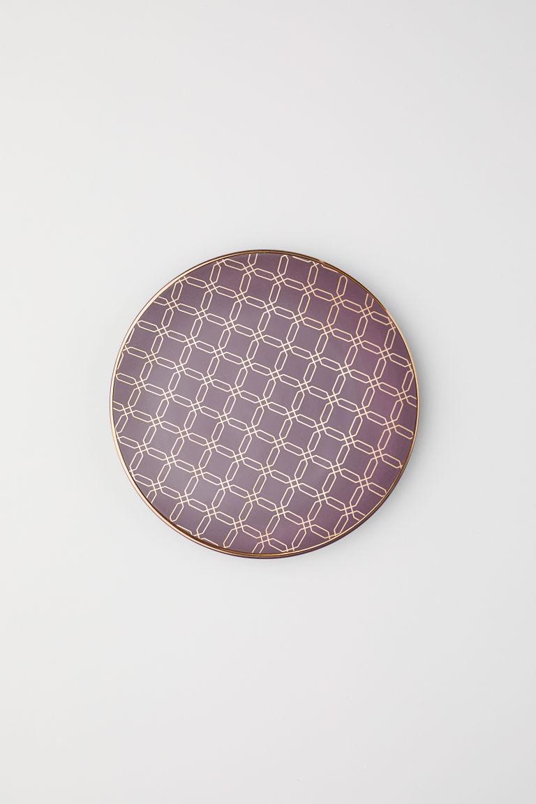 Sötét szilvaszínű mintás tányér a H&M Home-tól.