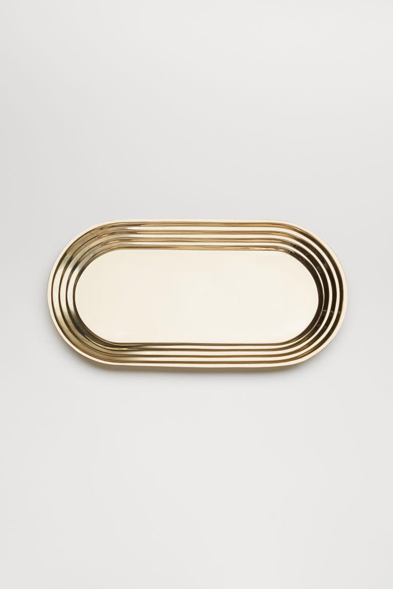 Aranyszínű ovális fémtálca a H&M Home-tól.