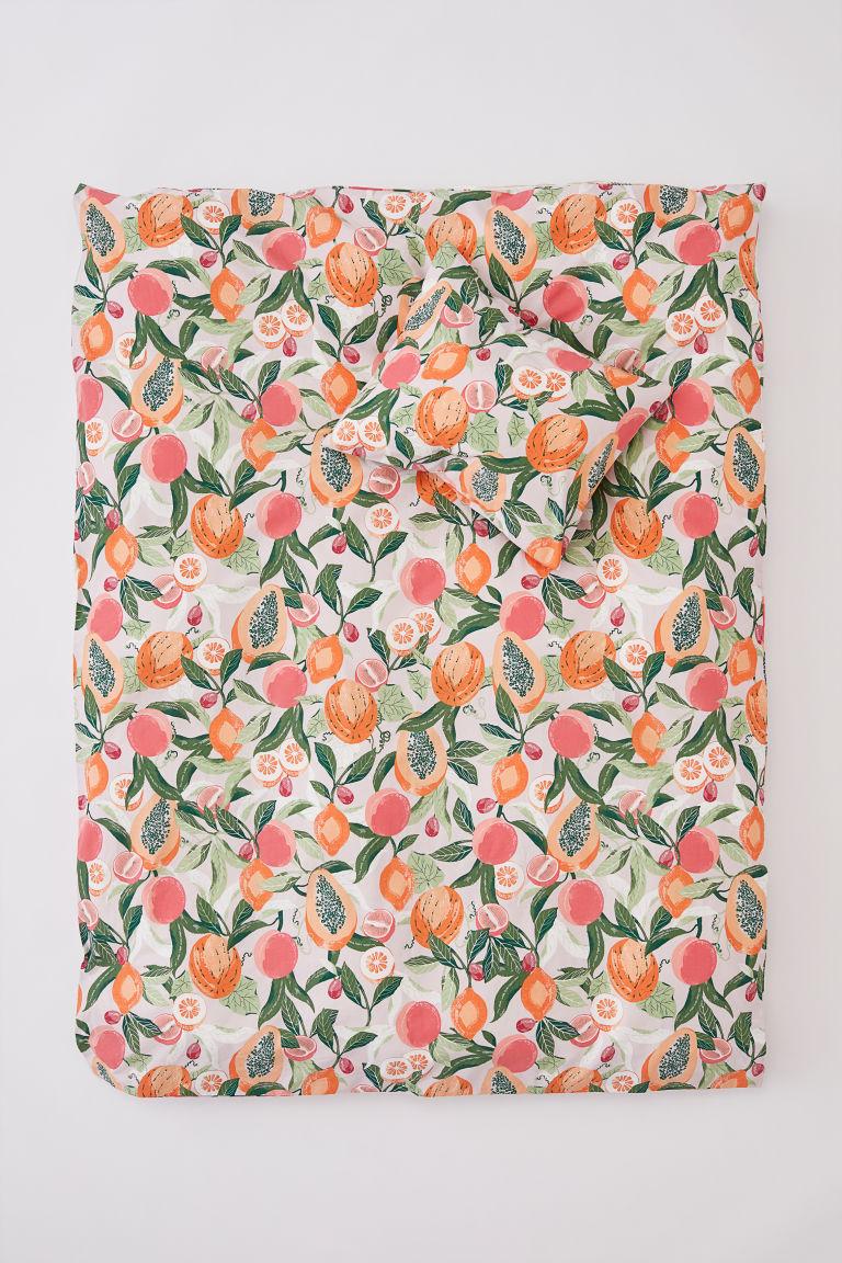 Ez a gyümölcsös ágynemű csak úgy beszippant, és ezek a színek :-).(H&M Home)