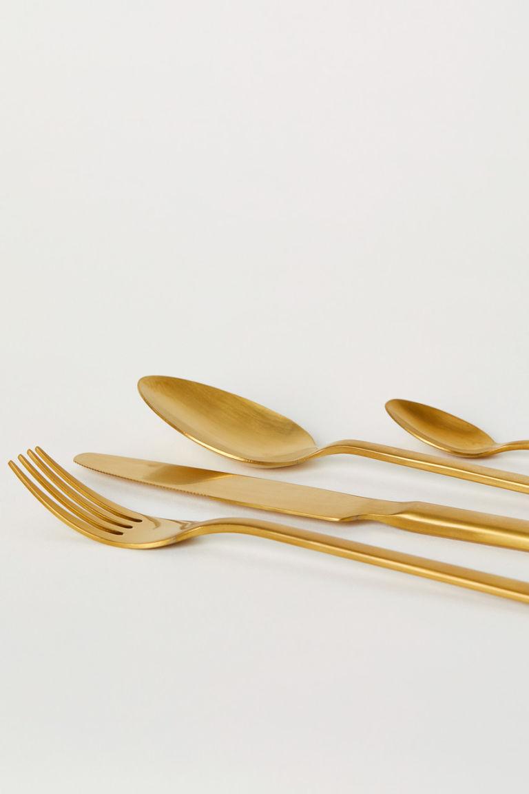 Aranyszínű evőeszköz a H&M Home-tól.