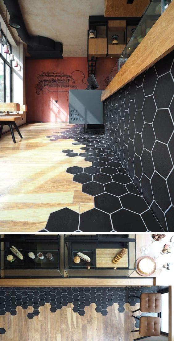 Különleges megoldás ez is ahol a fekete hexagon csempe találkozik a fa burkolattal a padlón.
