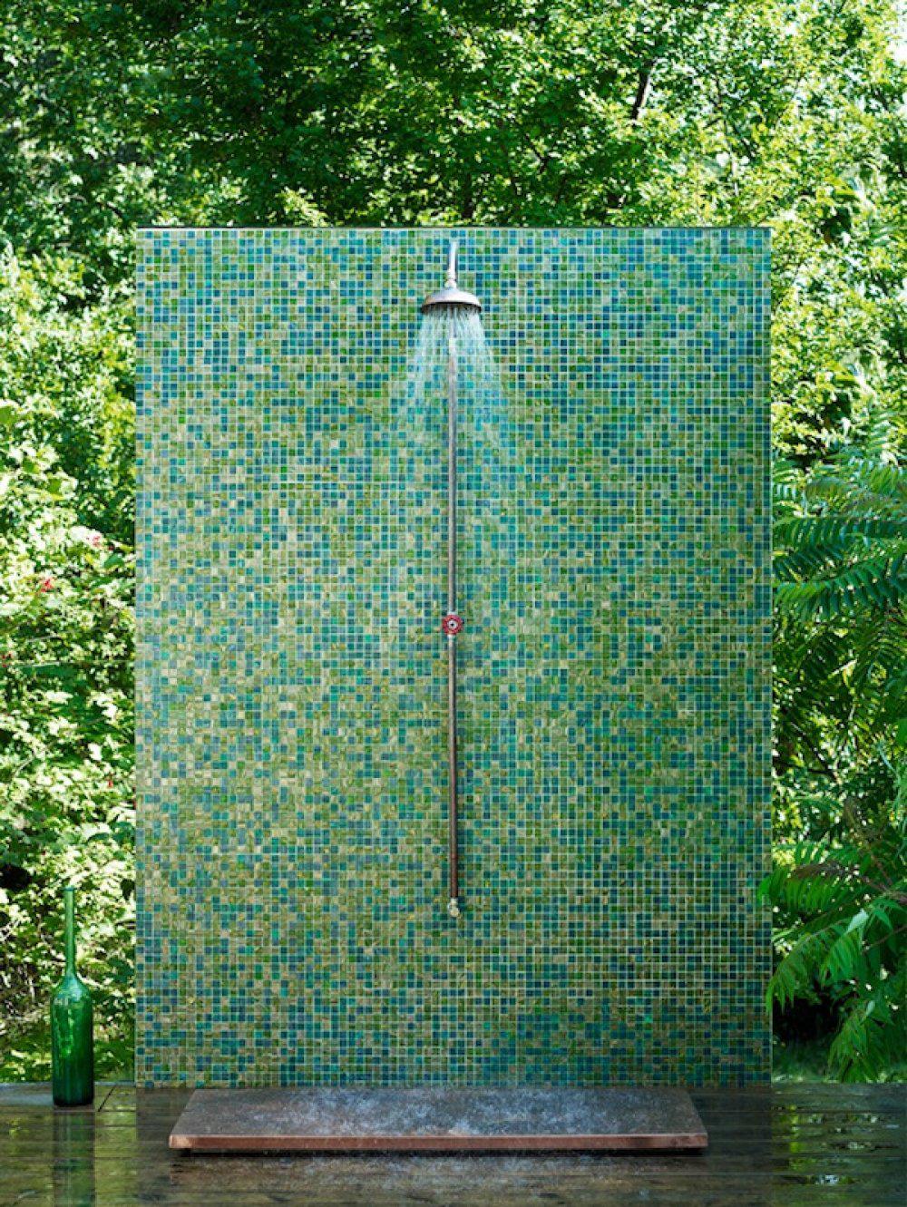 Különböző árnyalatú mozaikcsempével kirakott kinti zuhanyzó, vagyunk páran akik erre vágynánk :-).