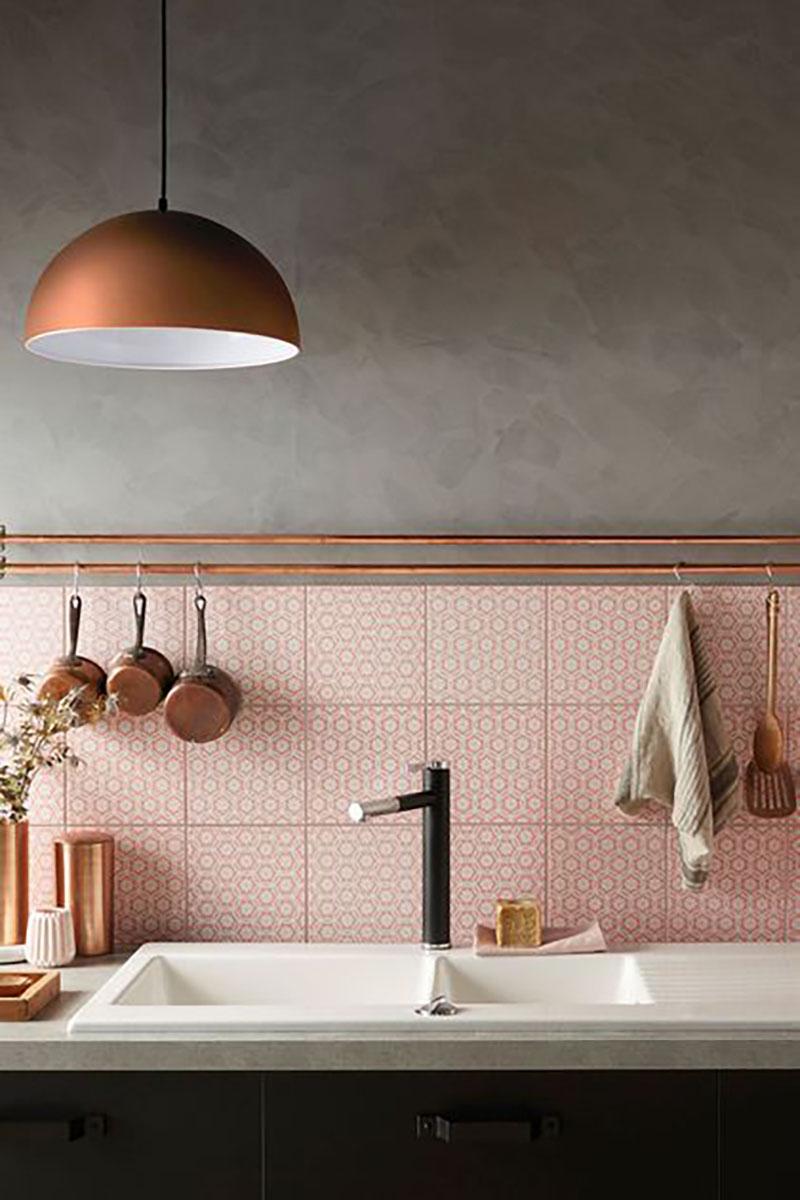Annyira szuper ez a konyha: rózsaszín csempe, szürke betonhatású falfestéssel és réz színű lámpa hozzá, én ezt tuti bevállalnám.