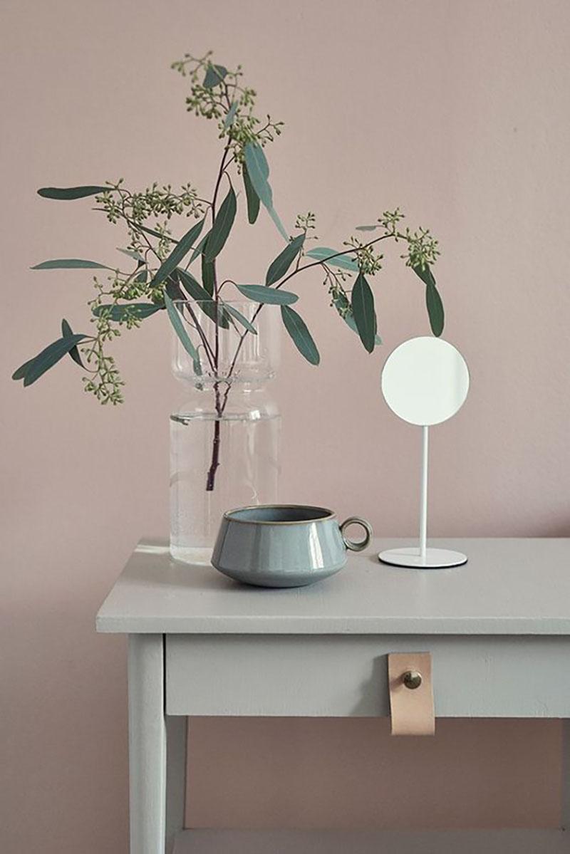 Szürke konzolasztal, ezzel a most nagyon trendi fogantyú típussal, mögötte pedig pinkre festett fal.
