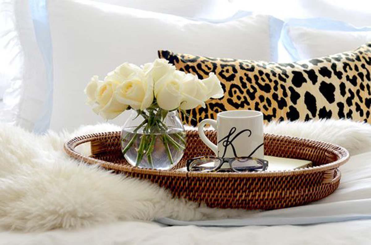 Leopárd mintás párni kombinálva egy kis rózsás romantikával.