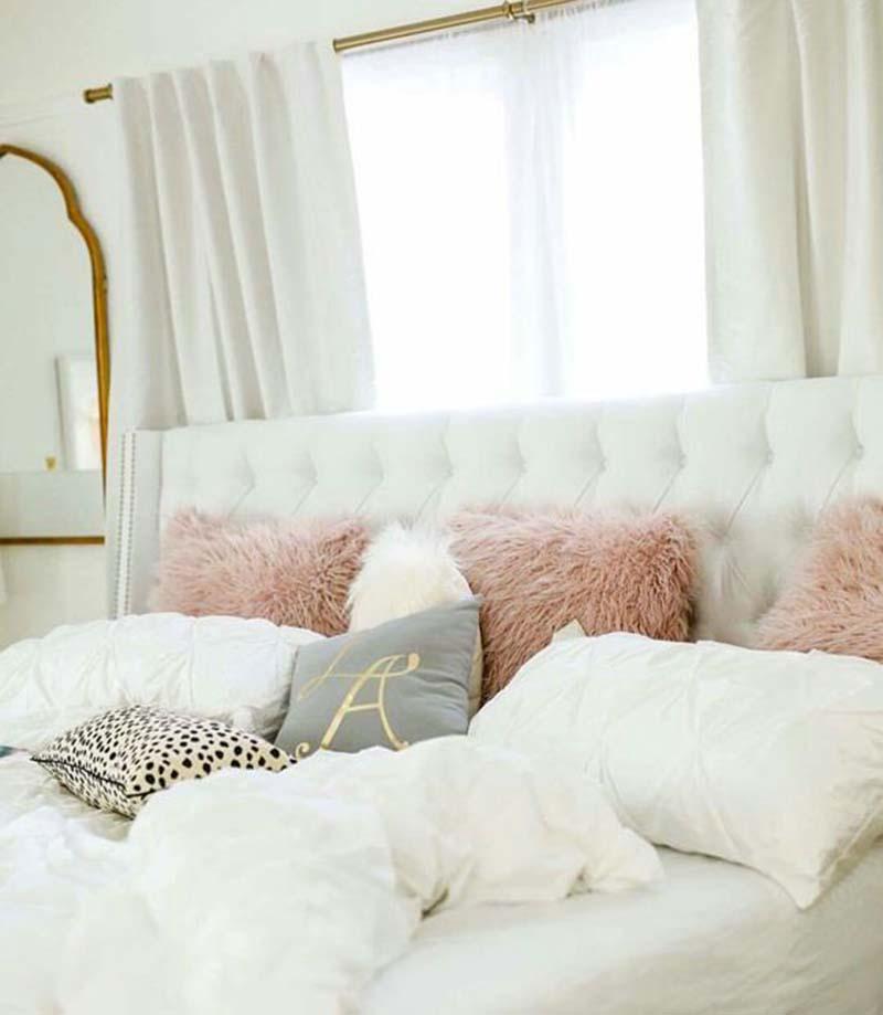 Egy darab vadállatmintás párna is hogy feldobja ezt az ágyikót a rózsaszín szőrpárna sem kizáró ok.