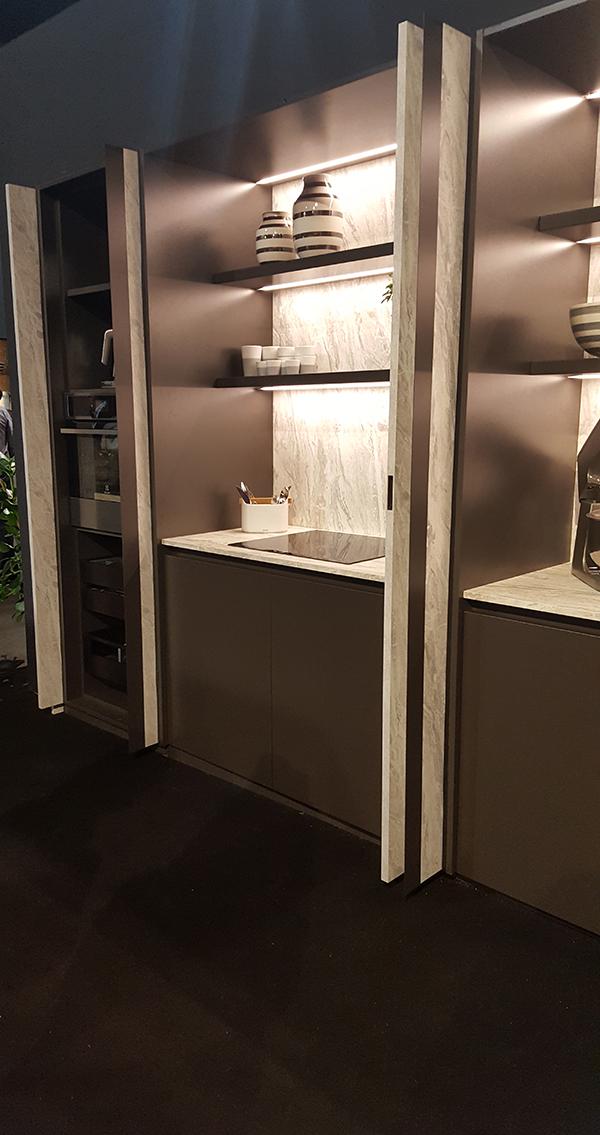 Egy majdnem teljesen betolt ajtót láthattok ezen a fotón. Kihúzzuk a konyhapulttal párhuzamosan, majd úgy lehet ráhajtani, mint egy hagyományos ajtót. Maistri
