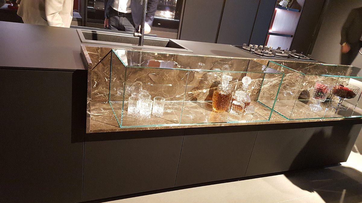 Szintén a Mitontól a konyhapultba egy kis elegancia csempészése üveg és márvány betéttel.