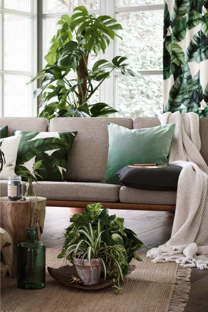 Az is elég lehet ebben a stílusban, ha csak néhány leveles kiegészítőbe fektetünk bele, és ezt kombináljuk színben hozzáillő egyéb kiegészítőkkel, valamint szobanövényekkel.