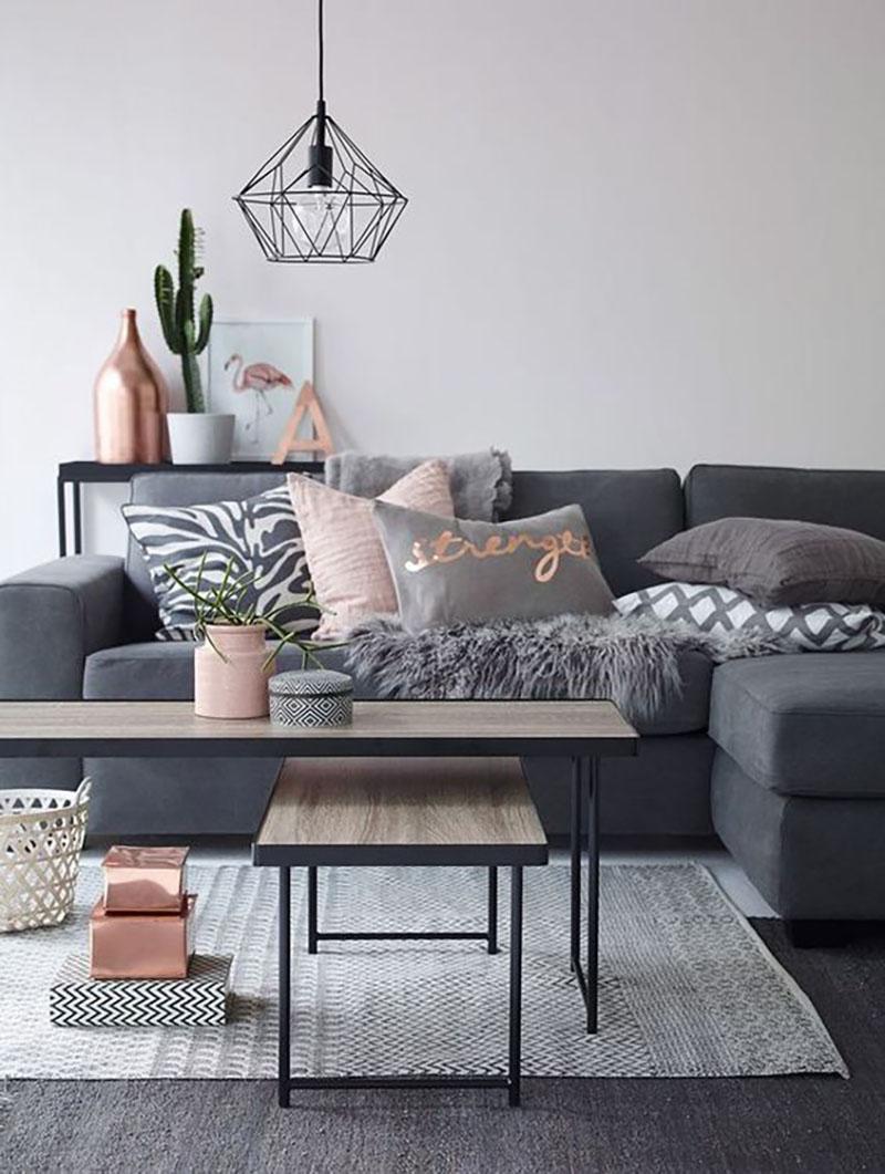 Modern nappali, tele párnával és kevés rózsaszínnel megbolondítva.