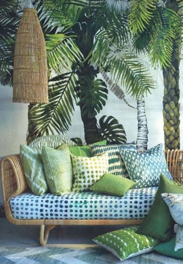 Pálmafás poszter, fonott bútor és zöld párnák, tuti kombó.